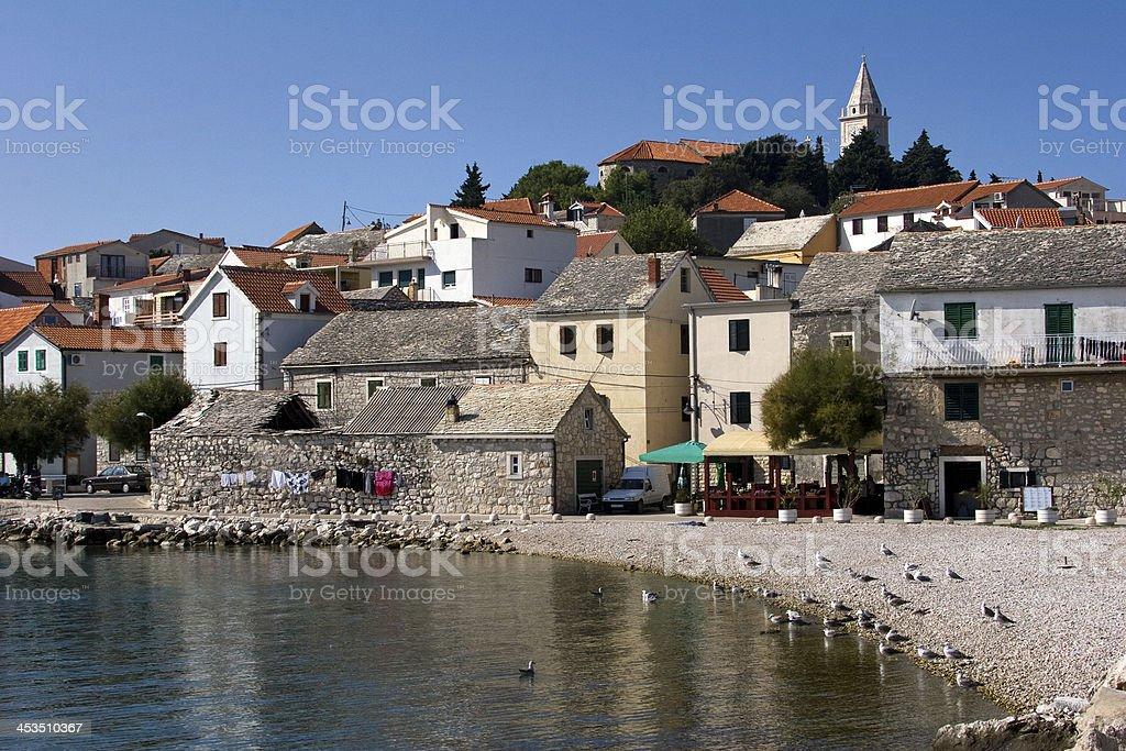 Little turistas cidade Primosten na costa da Dalmácia na Croácia - foto de acervo