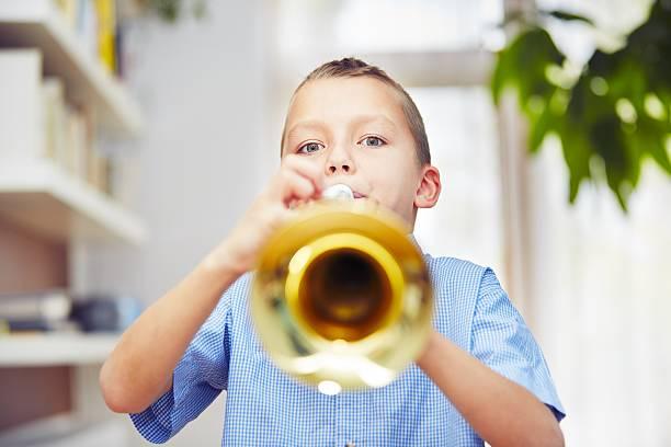 little trumpeter - lautbildungsspiele stock-fotos und bilder
