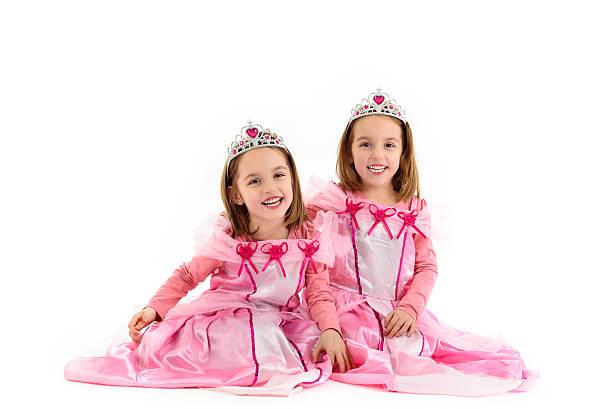 kleine zwei mädchen wie eine prinzessin gekleidet sind in rosa - prinzessin kleid kind stock-fotos und bilder