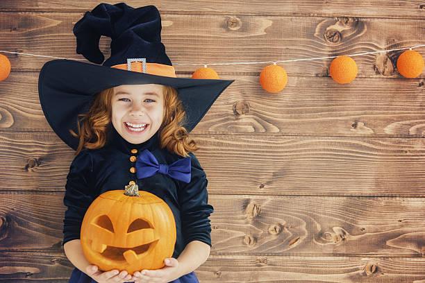 Petite sorcière avec une citrouille - Photo