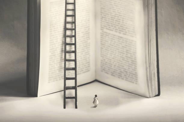 kleine Frau unentschlossen, ob das Wissen eines riesigen Buches klettern – Foto