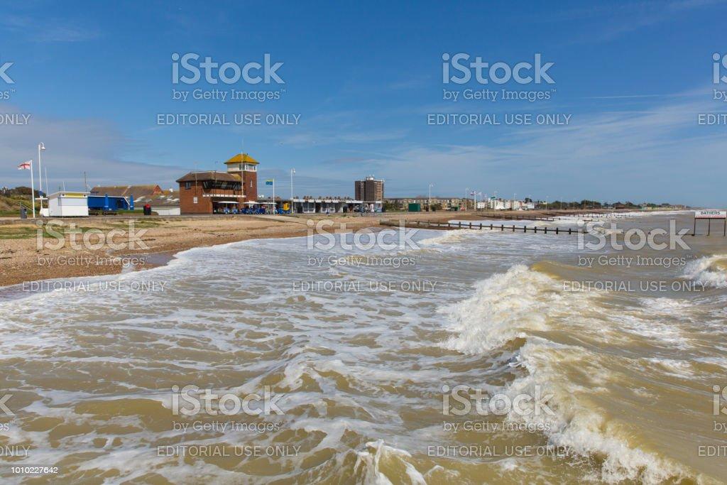 Littlehampton UK beach and waves in West Sussex coast town – zdjęcie