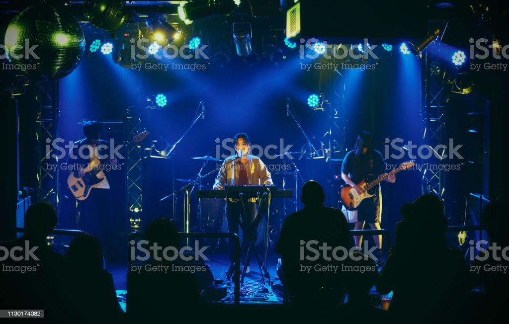 Live Rock Band prestanda i Tokyo Japan - Royaltyfri 30-39 år Bildbanksbilder
