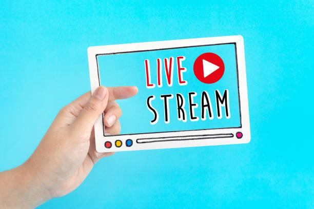 live-streaming oder online-entertainment-konzepte mit weiblicher video-fram. - tablet mit displayinhalt stock-fotos und bilder