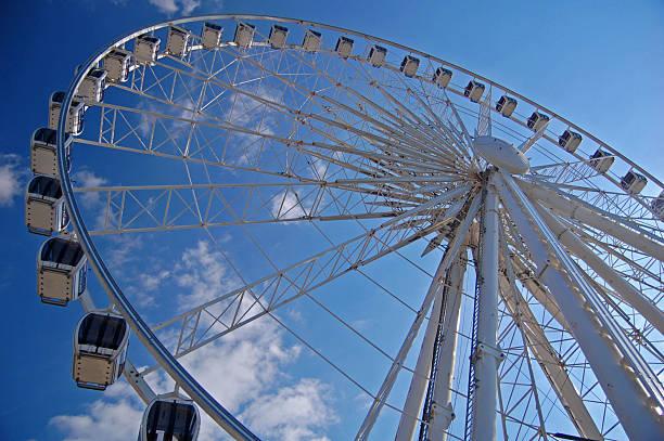 grande roue de liverpool - liverpool angleterre photos et images de collection