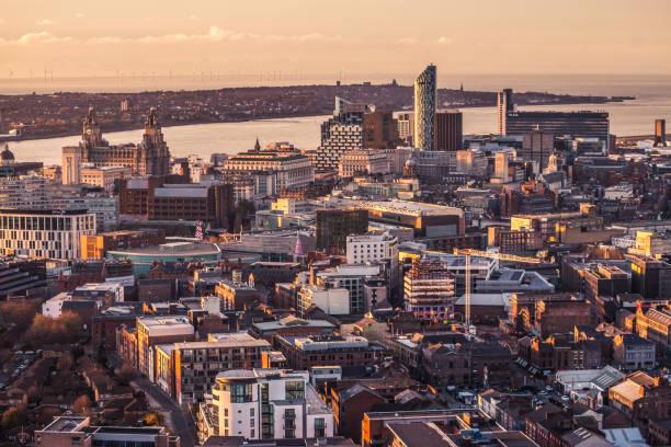 vue d'aerial panorama de la ville de liverpool pendant le coucher du soleil - liverpool angleterre photos et images de collection