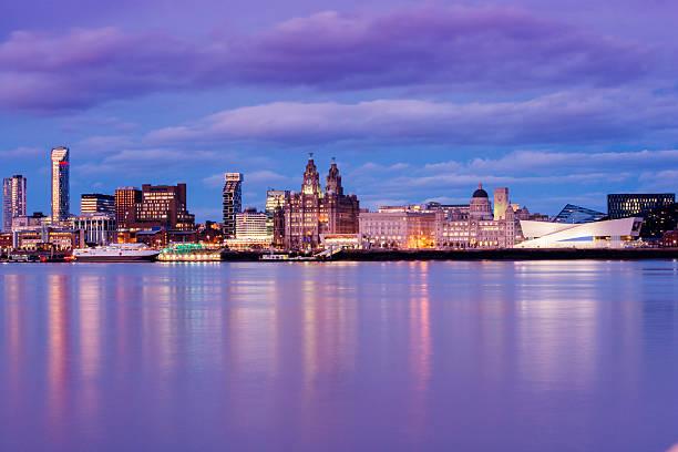uk liverpool-angleterre au bord de l'eau sur la ville au crépuscule - liverpool angleterre photos et images de collection