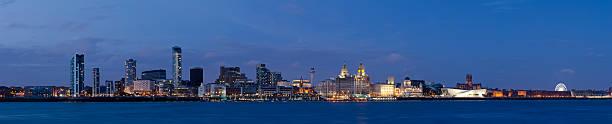 Liverpool waterfront panorama bei Nacht – Foto