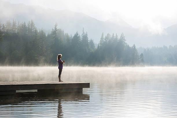 living a healthy lifestyle in retirement - paysage zen photos et images de collection