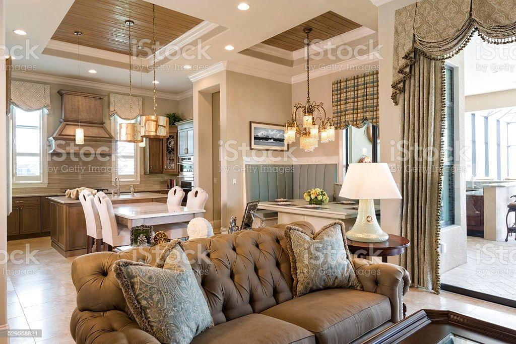 Soggiorno Pranzo Cucina : Area soggiorno con sala da pranzo e cucina in background
