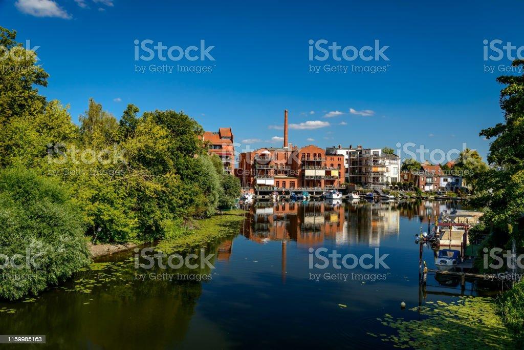 """물가에 사는 삶: """"브란덴부르크 안 데르 하벨""""의 """"내테윈드""""에서 옛 산업 단지를 개조했습니다. - 로열티 프리 0명 스톡 사진"""