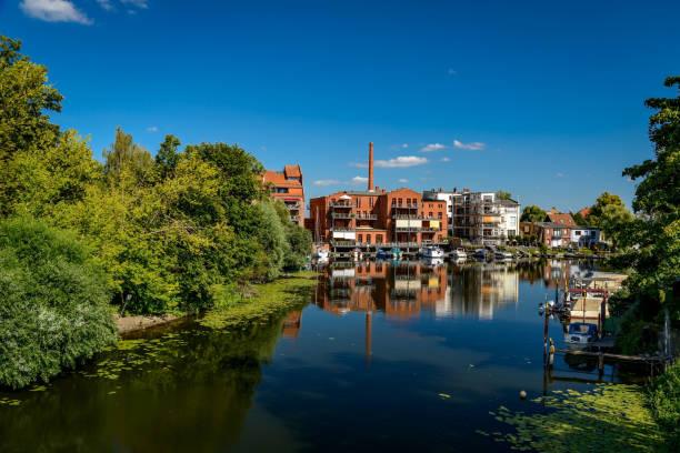 """물가에 사는 삶: """"브란덴부르크 안 데르 하벨""""의 """"내테윈드""""에서 옛 산업 단지를 개조했습니다. - 브란덴부르크 주 뉴스 사진 이미지"""