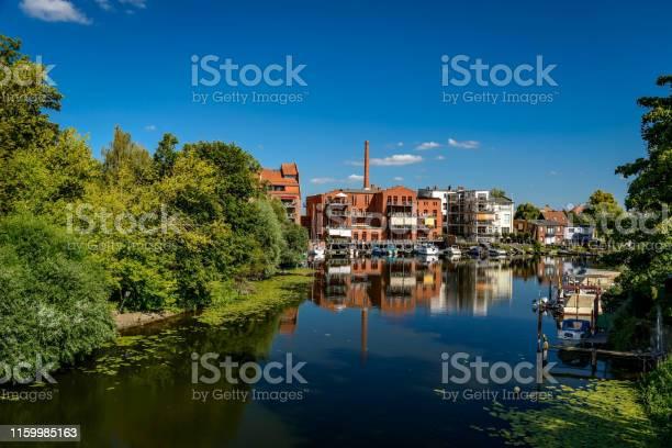 물가에 사는 삶 브란덴부르크 안 데르 하벨의 내테윈드에서 옛 산업 단지를 개조했습니다 0명에 대한 스톡 사진 및 기타 이미지