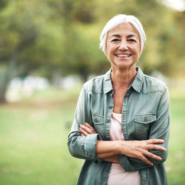 vie aussi positivement que je peux - seulement des femmes seniors photos et images de collection