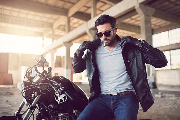 leben am rand - motorrad männer stock-fotos und bilder