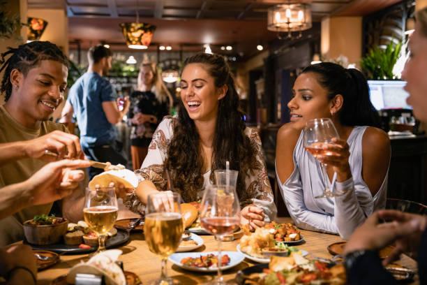 vivir nuestra mejor vida - restaurante fotografías e imágenes de stock