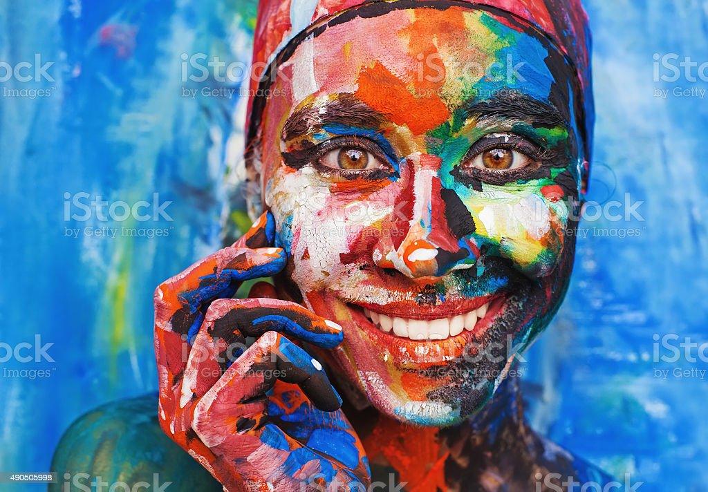 Wohnzimmer Der Malerei Vollständig Bedeckt Lächelnde Frau Mit Dicken Farbe  Lizenzfreies Stock Foto