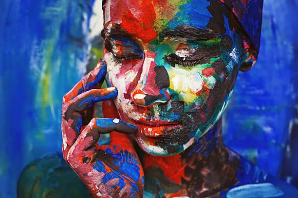 Wohnzimmer Malen-Junge Frau vollständig bedeckt mit dicken Farbe – Foto