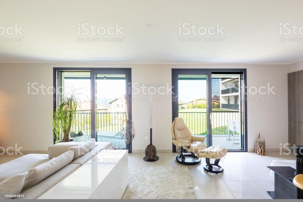 Wohnzimmer Und Küche Im Offenen Raum Moderne Wohnung ...