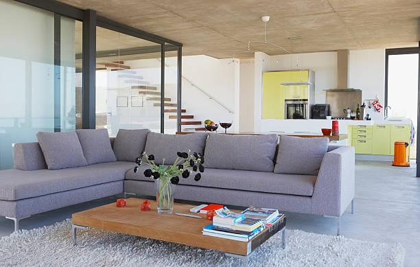 wohnzimmer und küche mit großen fenstern - große wohnzimmer stock-fotos und bilder