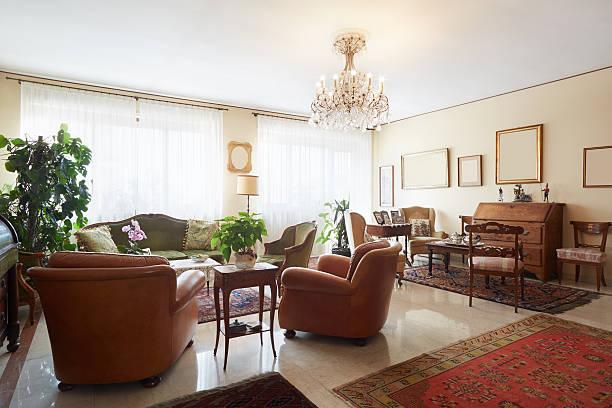 wohnzimmer mit antiquitäten, klassische einrichtung - alten kronleuchter stock-fotos und bilder