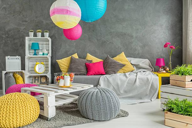 living room full of positive energy - lässiges wohnzimmer stock-fotos und bilder
