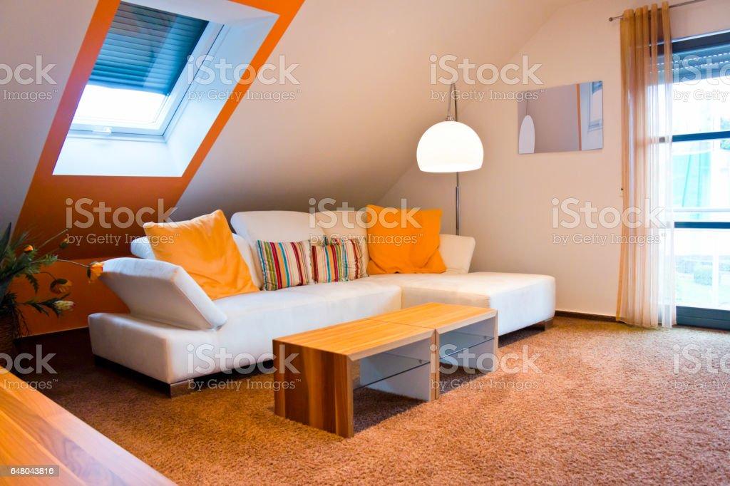 Wohnzimmer einer Dachgeschoss-Wohnung – Foto