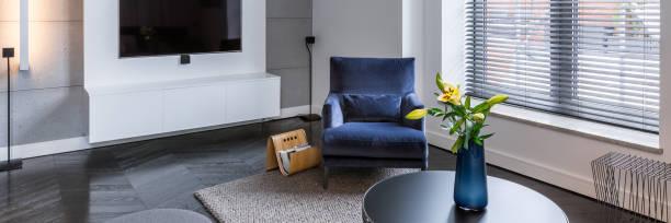 living room with armchair - dekoration rund um den fernseher stock-fotos und bilder