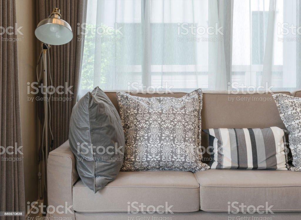 Wohnzimmer Mit Sofa Braun Und Grau Gemusterten Kissen ...
