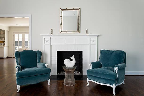 wohnzimmer mit kamin - wandspiegel weiß stock-fotos und bilder