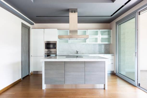 Wohnzimmer mit Kücheninsel, moderne Wohnung – Foto