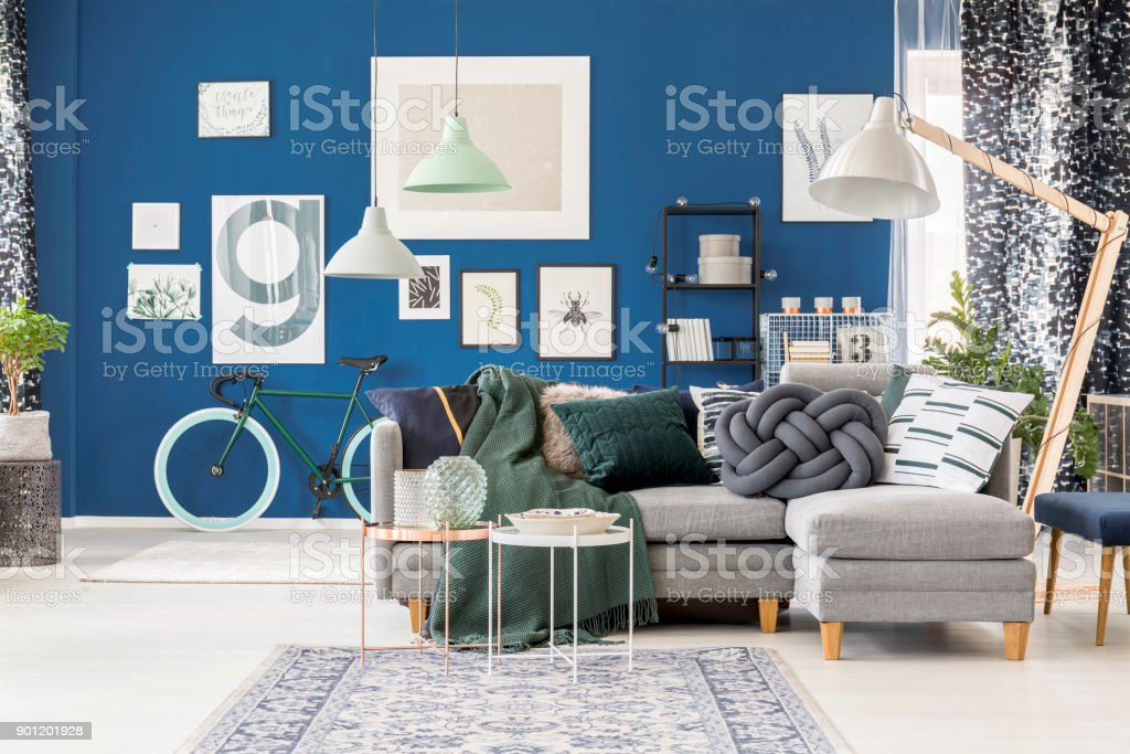Living room with oversize lamp - foto stock