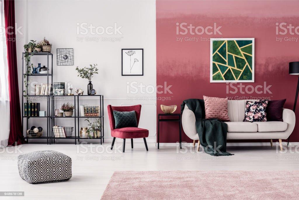 Wohnzimmer Mit Roten Wand Stock-Fotografie und mehr Bilder von ...