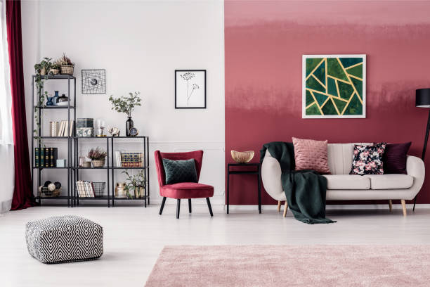 salon avec mur rouge - marron couleur photos et images de collection