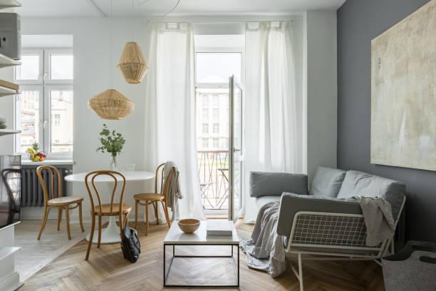 wohnzimmer mit runder tisch - dekoration rund um den fernseher stock-fotos und bilder