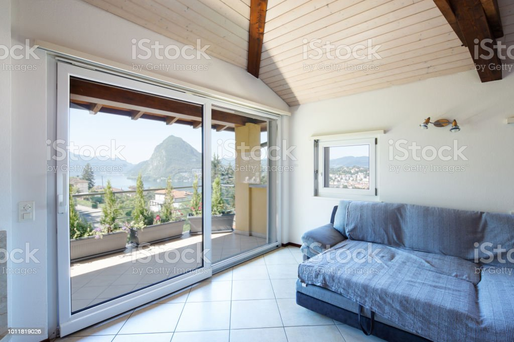 Wohnzimmer Mit Sofa Und Großen Fenstern Stockfoto Und Mehr Bilder
