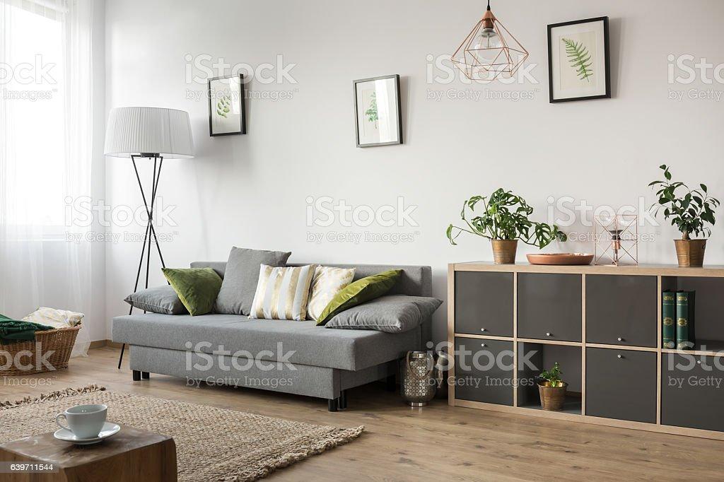 Sala de estar con sofá - foto de stock