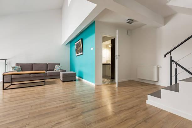 Wohnzimmer mit Treppe – Foto