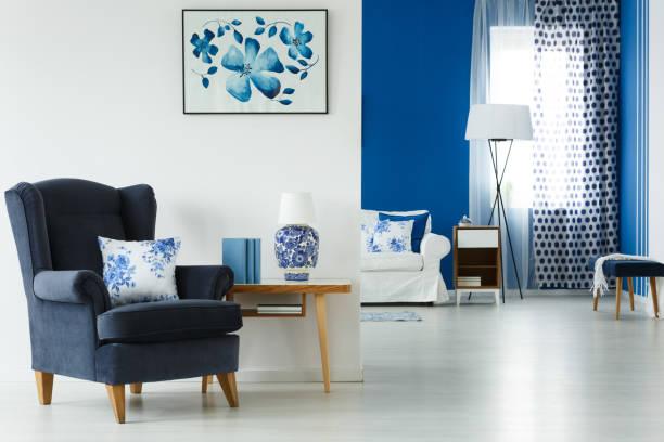 wohnzimmer mit stilvollen möbeln - stuhlpolster stock-fotos und bilder