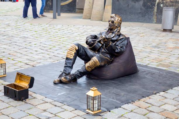 Estatua de vida, artista intérprete o ejecutante vestido con traje de Elvis Presley - foto de stock