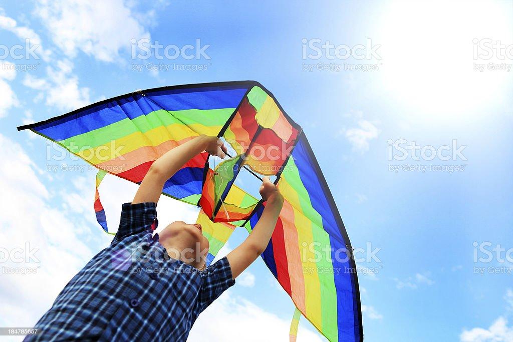 Ragazzo Llittle un aquilone vola nel cielo - foto stock
