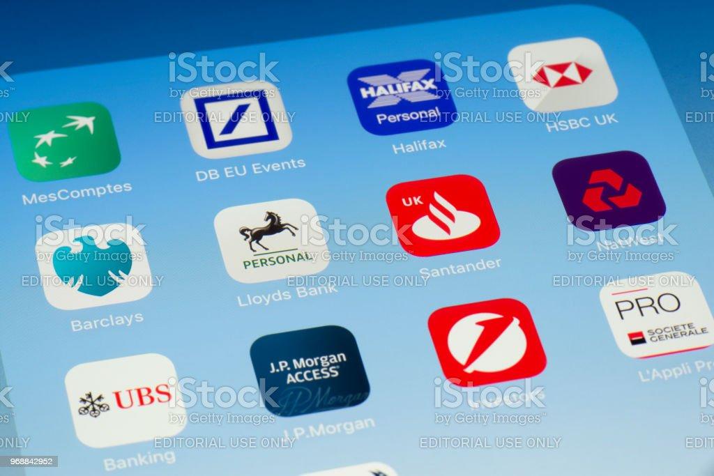 Lloyds, Santander y otras aplicaciones bancarias en pantalla del iPad - foto de stock