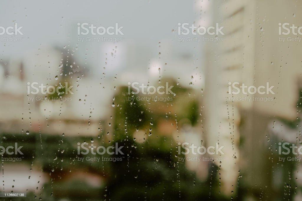 Lluvia en la ventana - foto de stock