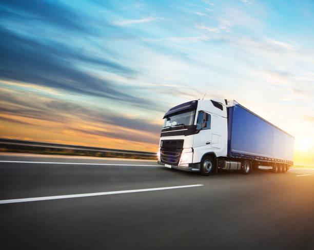 日落時在高速公路上裝載的歐洲卡車 - 交通方式 個照片及圖片檔