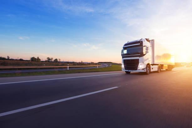 Geladenen europäischen LKW auf Autobahn im Sonnenuntergang – Foto