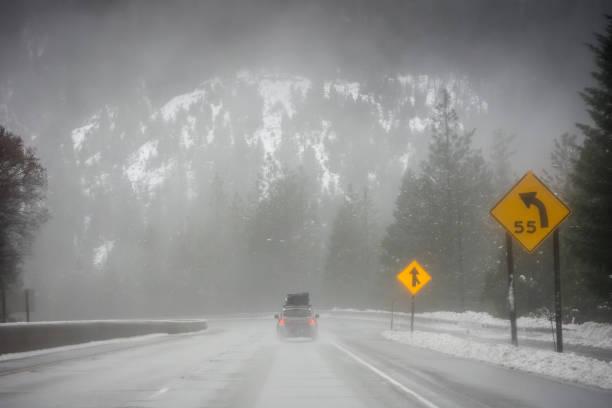 luden ein familienauto auf verschneiten pacific northwest roadtrip - es schneit text stock-fotos und bilder