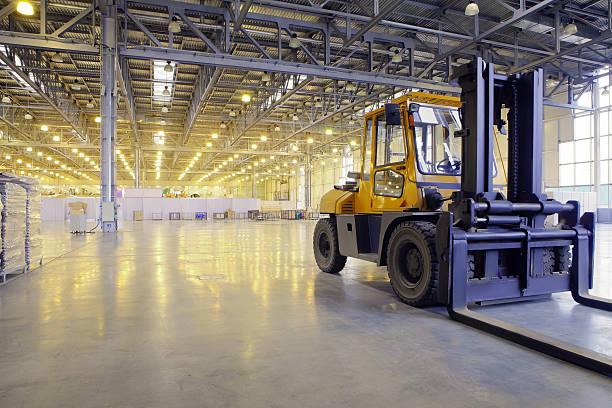 loader in modern storehouse - 工業建築物 個照片及圖片檔