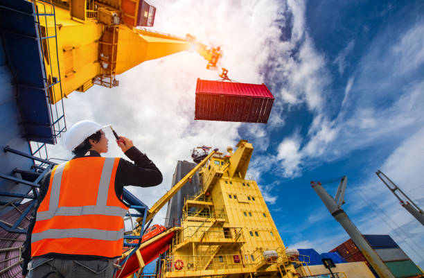 Loading at risk foreman, supervisor, worker, loading master in works at job site, control to the teamwork by walkie talkie radio for job done in the same direction, working at risk and high level of insurance hooikoorts stock pictures, royalty-free photos & images
