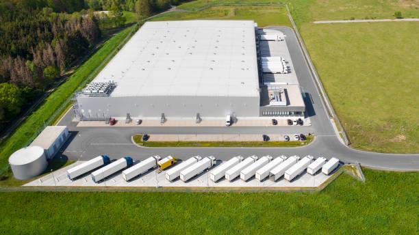 loading bay, truck parking lot, industrial building, logistics - aerial view - budynek przemysłowy zdjęcia i obrazy z banku zdjęć