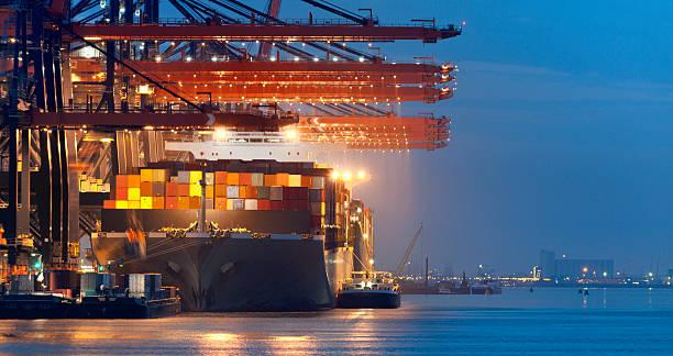 caricamento in container nave della darsena a notte - rotterdam foto e immagini stock